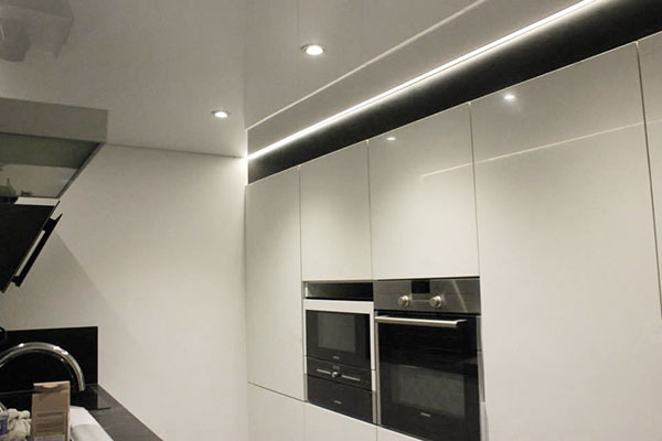 Plafond tendu et chemin de led color - Lumiere led pour cuisine ...